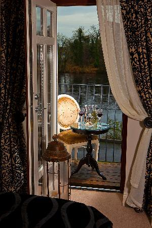Keenan's Hotel, Bar and Restaurant : Bedroom View of River Shannon
