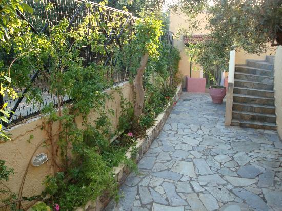 Maria Flora Apartments: garden