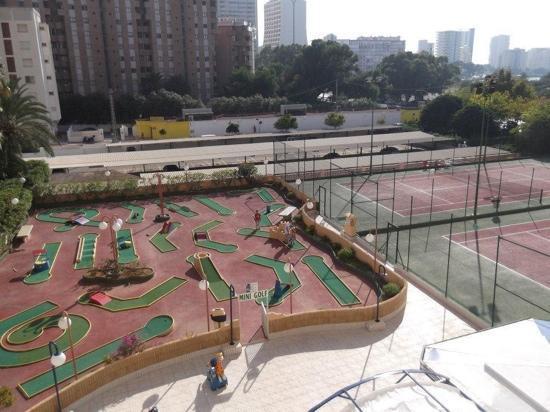 Apartamentos Turmalina Unitursa : Crazy golf and tennis courts at Turmalina Apartments.