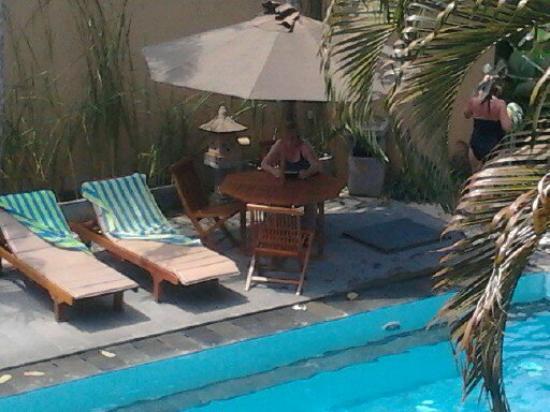 Mutiara Bali Boutique Resort & Villas: relaxing by the pool