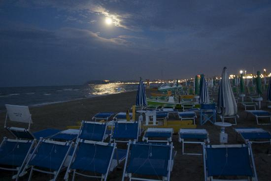Hotel Belvedere: Beach in moonlight