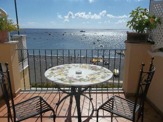 Hotel Buca di Bacco: View of the terrace down to the beach