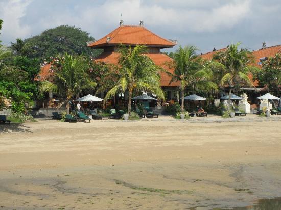 Vila Shanti Beach Hotel: Uitzicht vanuit het water