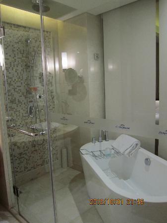 Howard Johnson Plaza Waigaoqiao Shanghai: Bathroom