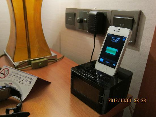 Howard Johnson Plaza Waigaoqiao Shanghai: iPhone Charger / Alarm