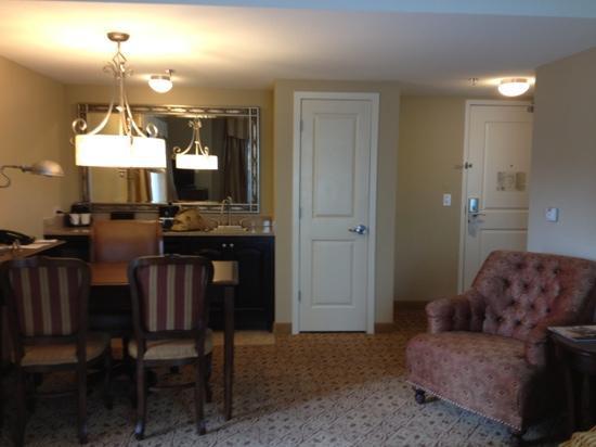 Embassy Suites by Hilton San Antonio Riverwalk-Downtown: living space