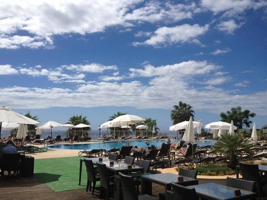 Melia Madeira Mare Resort & Spa: Sunny afternoon at the pool