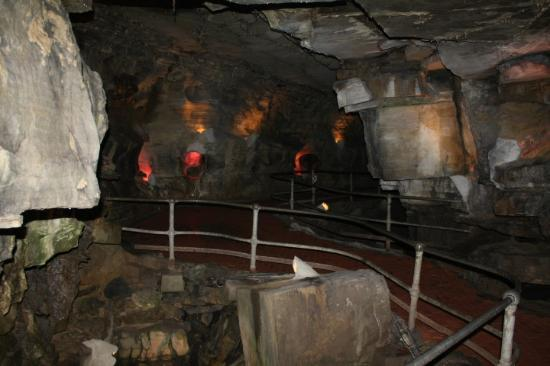 Howe Caverns: Gives you an idea on the walkway within the caves