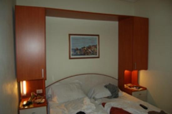 Hotel Flavia: Tete de lit avec lampes inéficaces