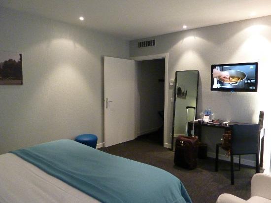Hotel Le Saint-Georges: Bedroom & door to hall / bathroom
