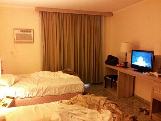 Hotel Dan Inn Anhanguera: Amplo quarto péssimo wc