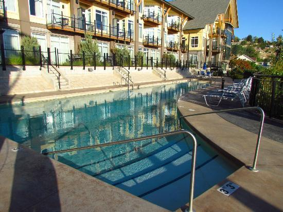 Summerland Waterfront Resort & Spa: Pool and Hot Tub area