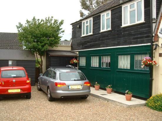 Verandah House: The Private Parking