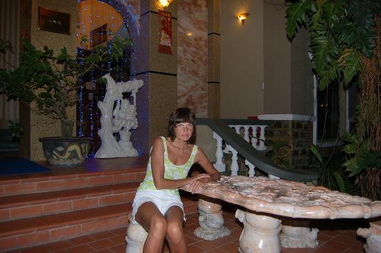 Vinh Suong Seaside Hotel: Перед входом в отель