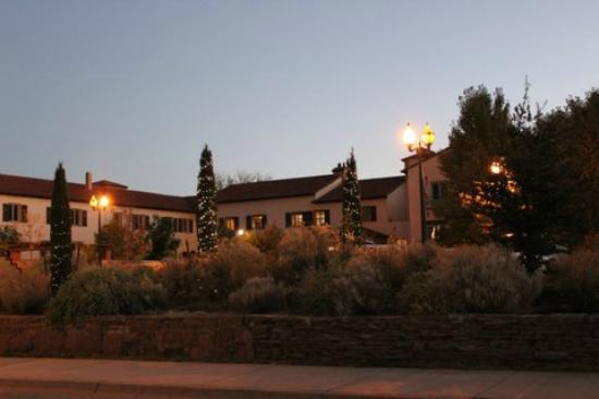 La Posada Hotel: Hotel at night
