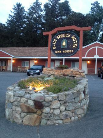 Blue Spruce Motel: street side entry