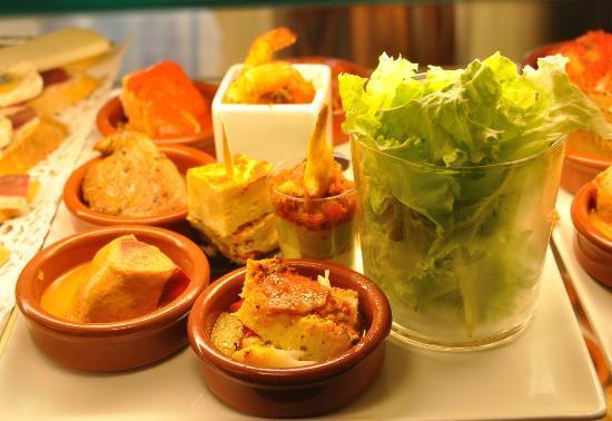 Casa Tapas : Piquillos farçis , Tortillas , Supréme de poulet à la créme , mini tournedos de canard ....