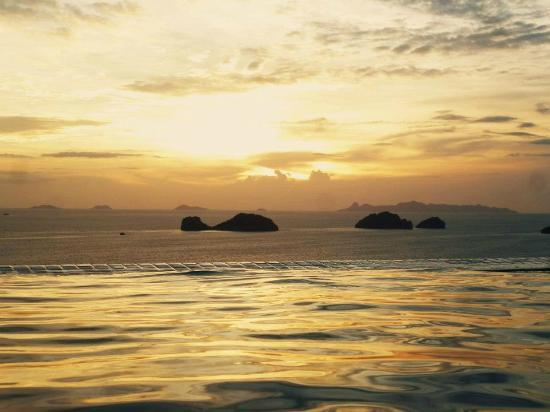 Conrad Koh Samui: Sunset from our pool.
