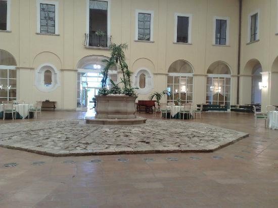 Hotel Certosa Di San Giacomo: La sala ristorante con il vecchio pozzo