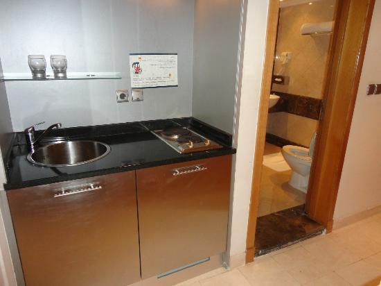 Makkah Hilton Towers: Kitchenette & Bathroom