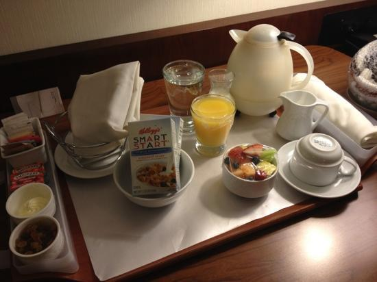 Chicago Marriott Naperville: room service - fruit and bread