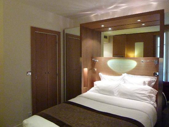 โรงแรมซีเล็ค: View towards bathoom