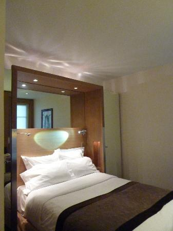 Select Hotel: Bed upon entry to room