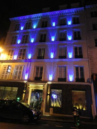 Hôtel Design Secret de Paris: Outside Hotel at night