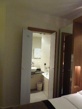 Select Hotel: View into the bathroom
