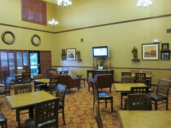 Holiday Inn Express Hotel & Suites Lake Placid: Breakfast room.  My camera did a poor job with wall color