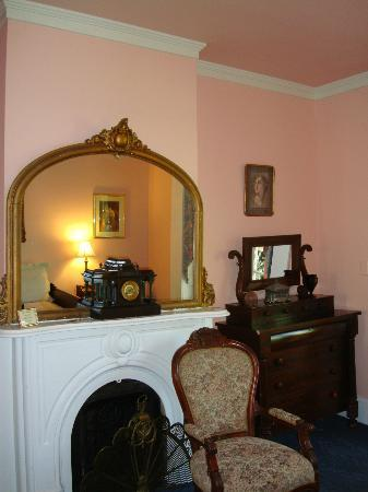 Cedar Grove Mansion Inn & Restaurant: Prissie Suite - front parlor