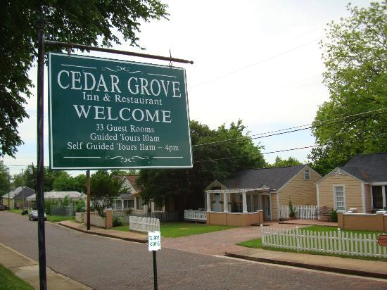 Cedar Grove Mansion Inn & Restaurant: from the street