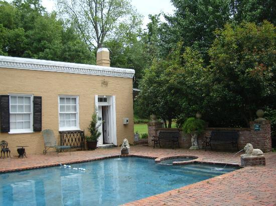 Cedar Grove Mansion Inn & Restaurant: by the pool area