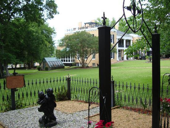 Cedar Grove Mansion Inn & Restaurant: cemetary in the corner of the property