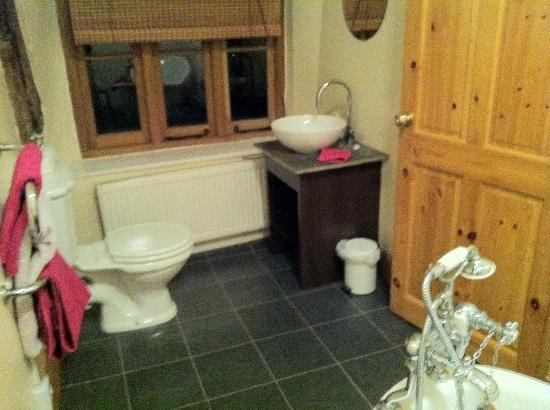 Hagley Bridge Farm: Clean modern bathroom
