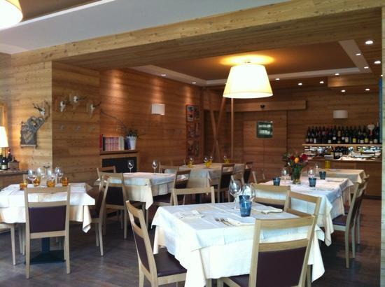 Ristorante hotel pedretti picture of hotel ristorante for Pittura sala da pranzo