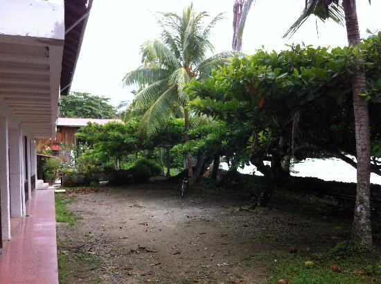 Jenny's Cabinas: El frente y parqueo de las cabinas