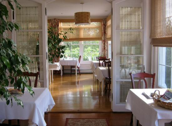 Bass Cottage Inn: Bright and cheery breakfast and dining area