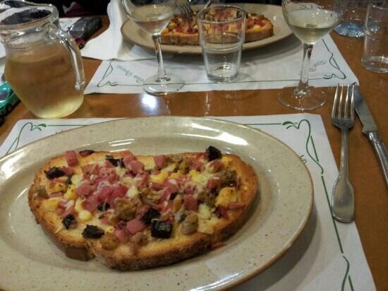 Hostal Sant Bernat: Pizza de pan de payes, uno de los platos del menu de la cena