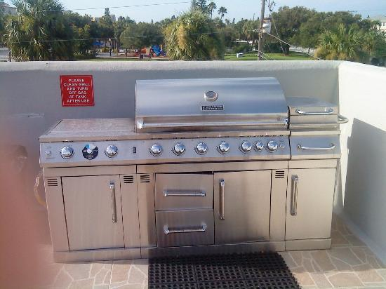 Camelot Beach Resort: The grill on the roof