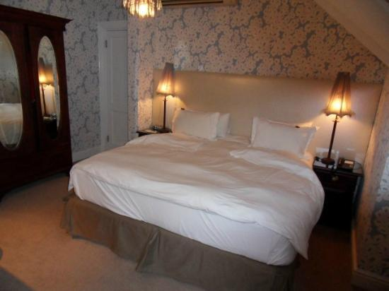 Abbey Manor Luxury Guesthouse: Comfy bed