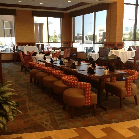 Hilton Garden Inn Fort Worth Medical Center : Clean and Spacious Dining Area with Open Plan