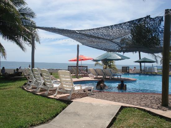 Utz Tzaba Beach Hotel : Area de la piscina