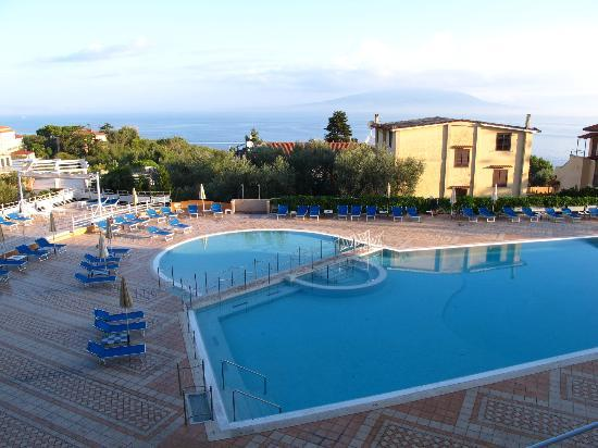 Grand Hotel Vesuvio: The hotel swimming pool with a view of Vesuvio.
