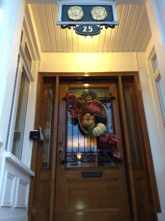 Auberge Aux Deux Lions: Autumn door display