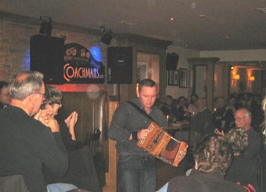 The Coachman's Bar & Restaurant : Michael O'Brien gets the crowd on their feet!