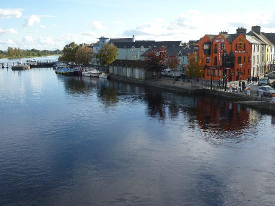 Radisson Blu Hotel, Athlone: Veiw from the Shannon Bridge