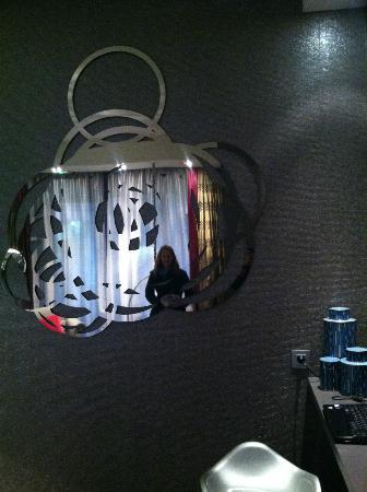 Hotel le Petit Paris: Great mirror in the common area