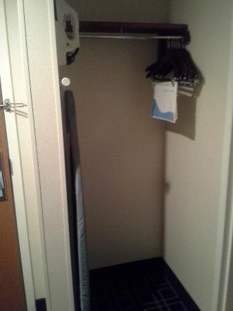 Fairfield Inn Boston/ Tewksbury: Closet