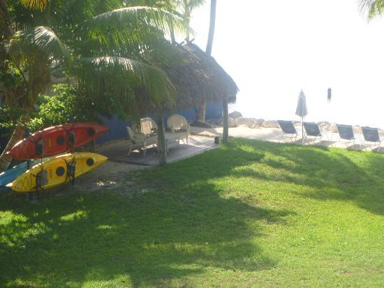 Azul del Mar: the hotel grounds, tiki huts, kayaks